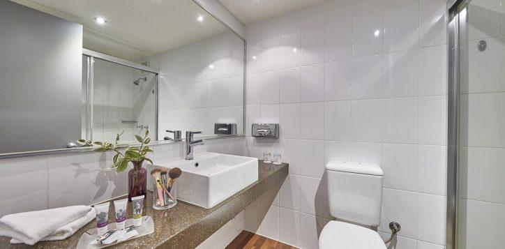 _05x2221r-mercure-perth-hotel-standard-bathroom
