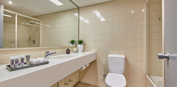 17a9480rr-mercure-perth-hotel-privilege-and-superior-room-bathroom1
