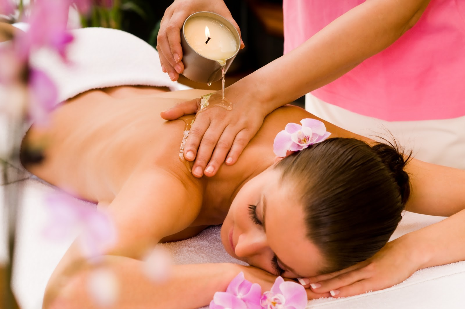 warm-aromatic-candle-massage
