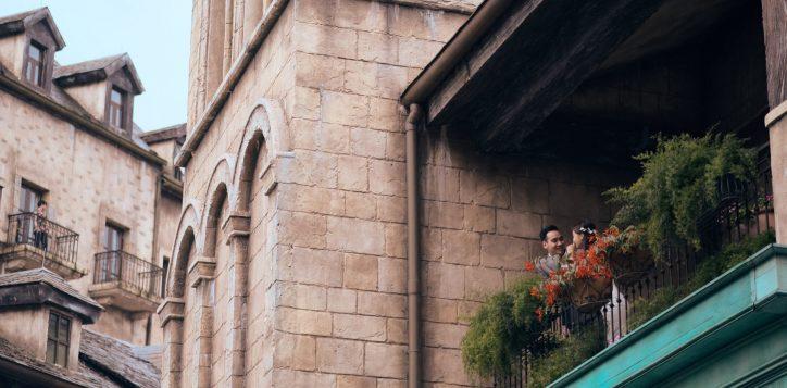 wedding-couple-on-the-balcony-3