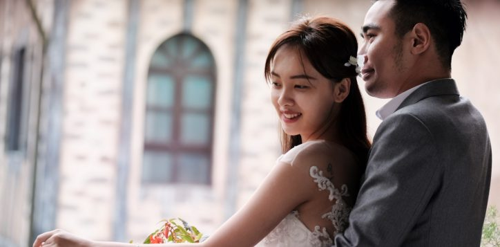 wedding-couple-on-the-balcony-4