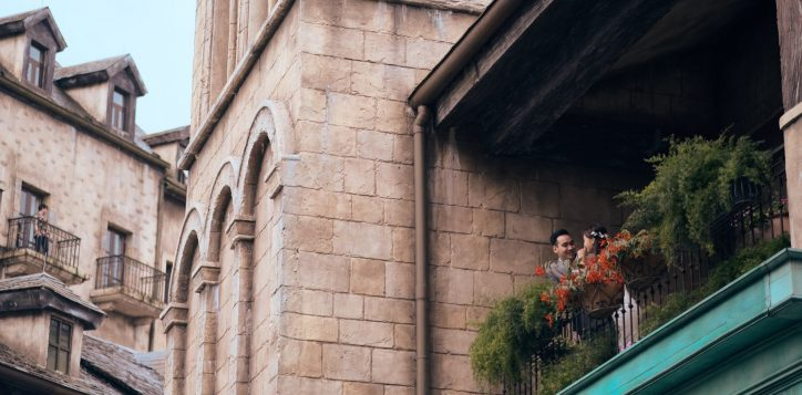 wedding-couple-on-the-balcony-32