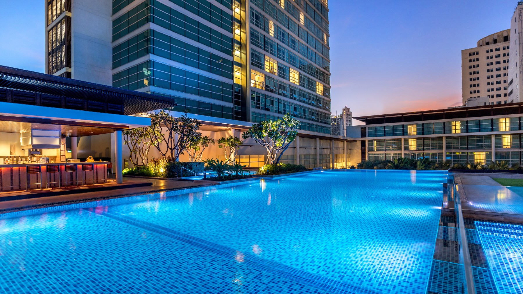 Bangkok hotel swimming pool pullman bangkok king power for Best hotel pools