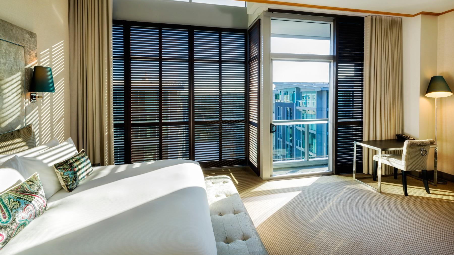 luxury-atrium-view-room