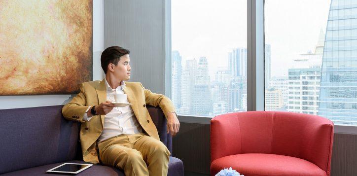 novotel-bangkok-ploenchit-sukhumvit_businessman-at-premier-lounge_1800-x-1200