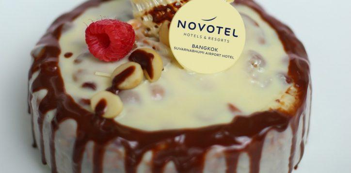 white-chocolate-fudge-cake-crop