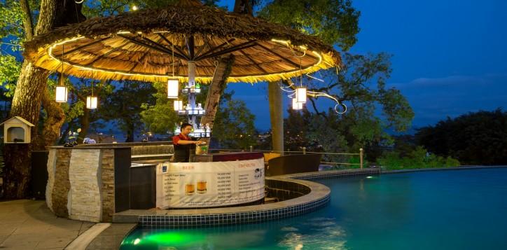 poolside-bar