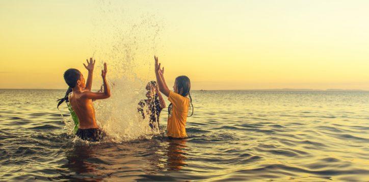 kids-splashing-beach