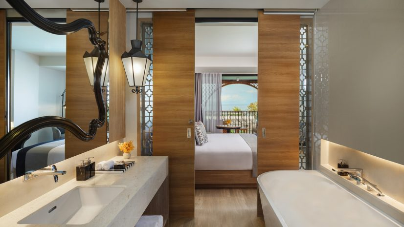deluxe-room-sea-view-with-king-size-bed
