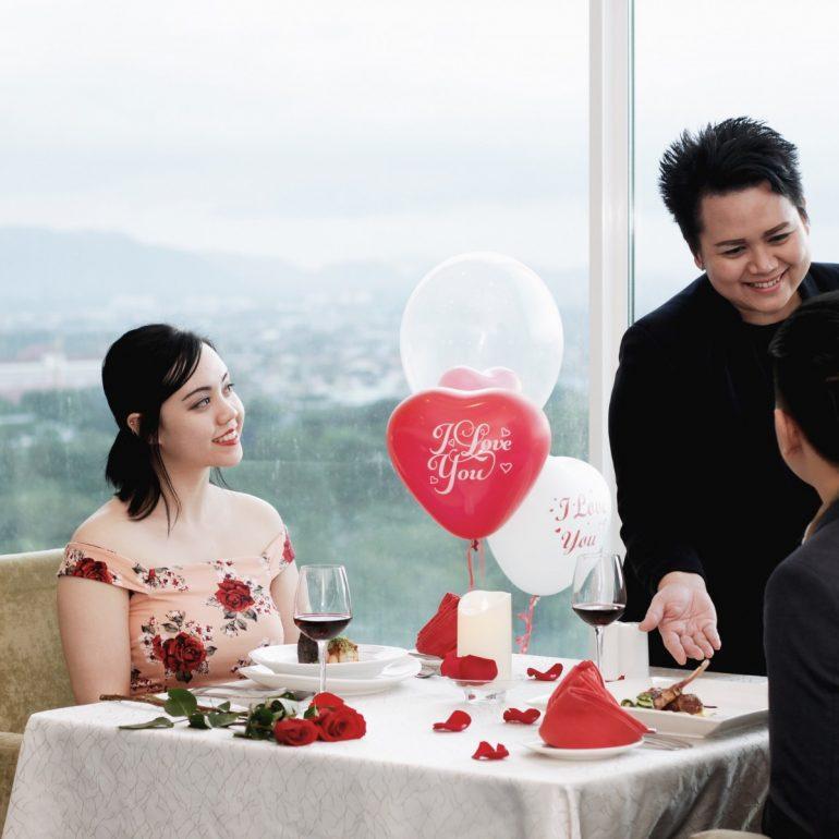 romantic-set-dinner-at-the-peak