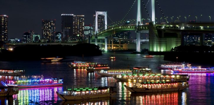 passenger-and-rainbow-bridge-in-odaiba_gettyimages-482398153-2