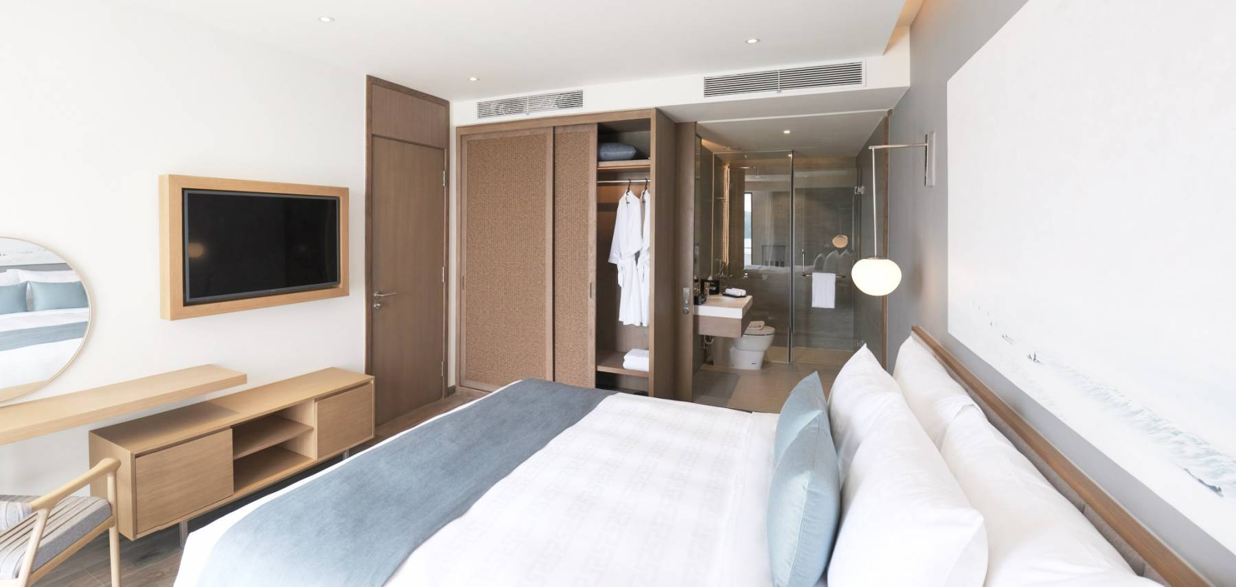 superior-suite-1-king-bed-balcony