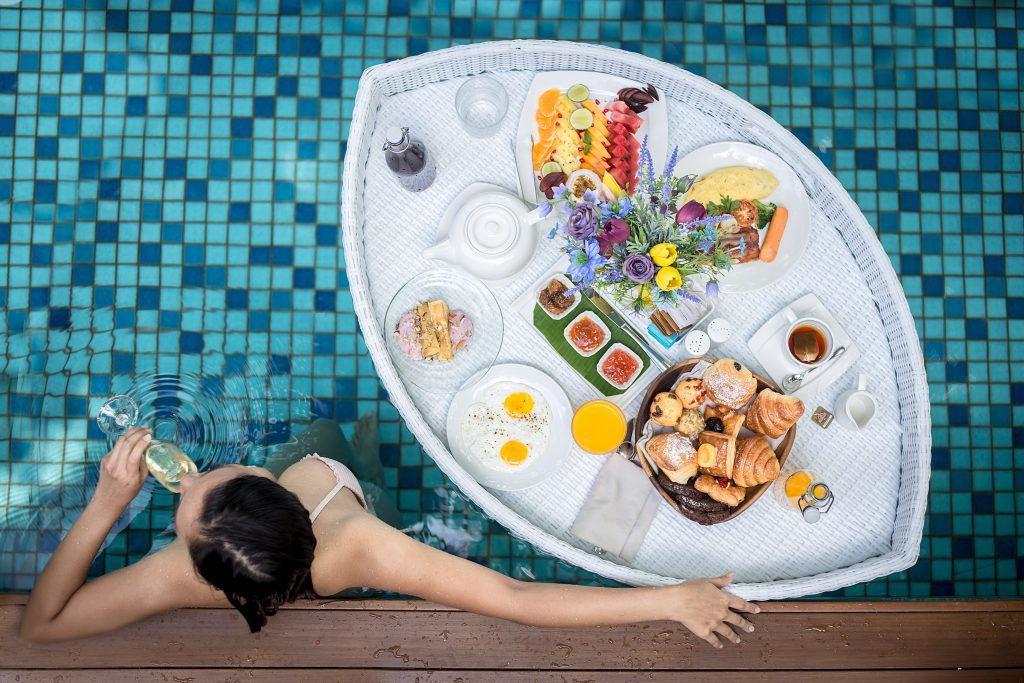 Floating Breakfast_Mercure Maldives Kooddoo