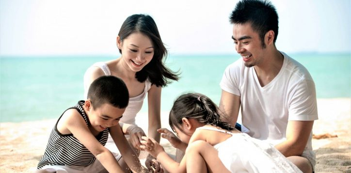 asian-family-at-the-beach-scaled