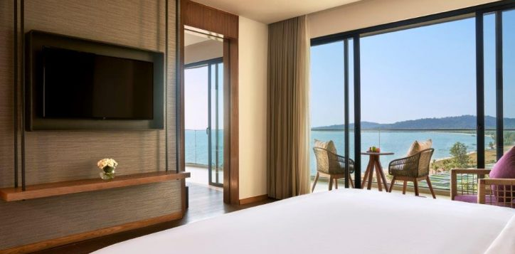 sea-front-suite-room-with-balcony