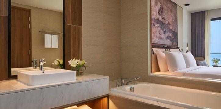 4-superior-king-seaview-bathroom-double1
