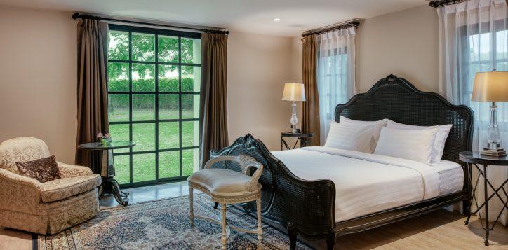 movenpick-khaoyai_5bedroom-pool-villa_master-bedroom-3