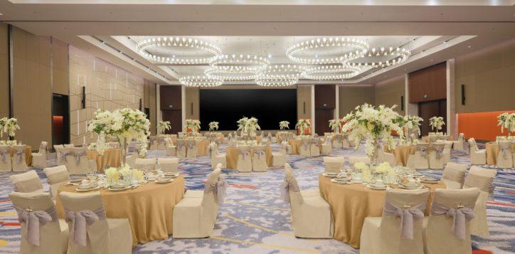 wedding-set-up-gfdd0455-gold-table-cloth-lighter-no-runner-2