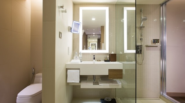 novotel-bangkok-sukhumvit-20-isan-superior-king-bathroom2-2