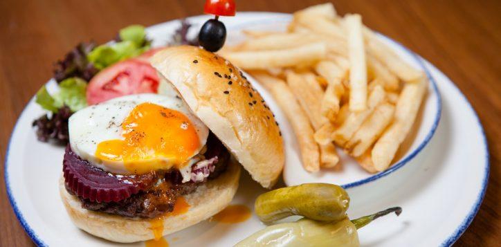 burger_champions-bar-and-grill-phuket_novotel-phuket-surin