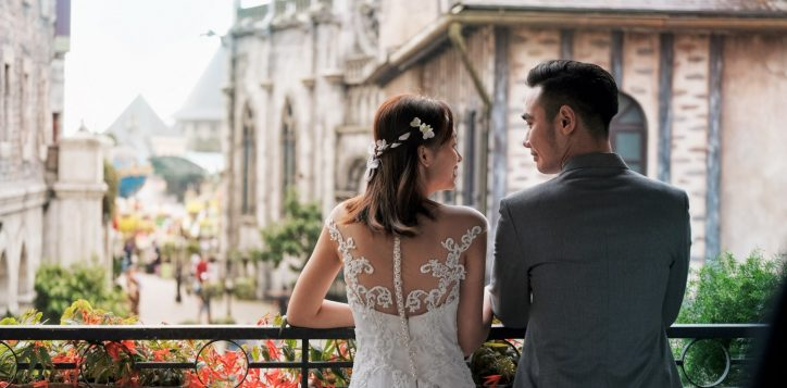 wedding-couple-on-the-balcony-14