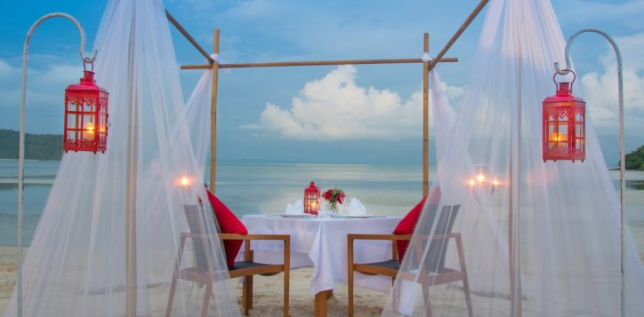 romantic-dinner-on-the-beach