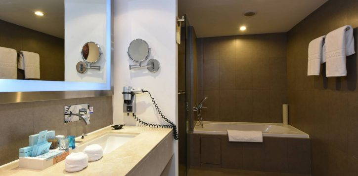 novotelsiam_twobedroom_bathroom