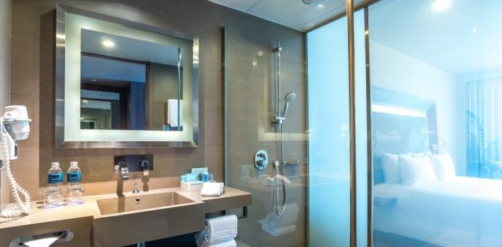 rooms-executive-room-king-bathroom-mg-off_1920x1080