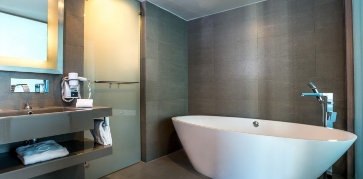 rooms-executive-suite-bathroom_1920x1080