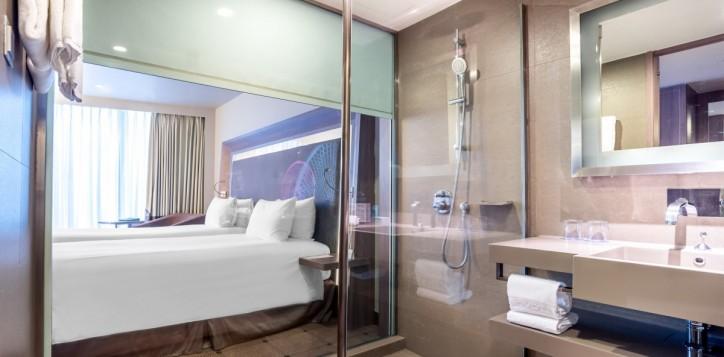 rooms-superior-twin-bathroom_1920x1080