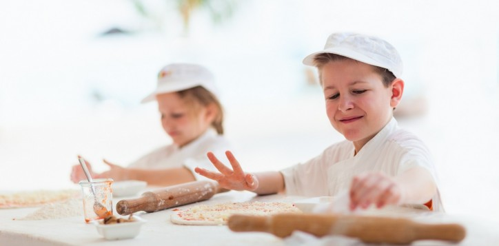 barsrestaurants-joekoolspoolsidegrill-kidsmakingpizza