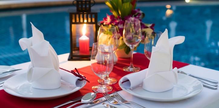 barsrestaurants-joekoolspoolsidegrill-romanticcandlelightdinner