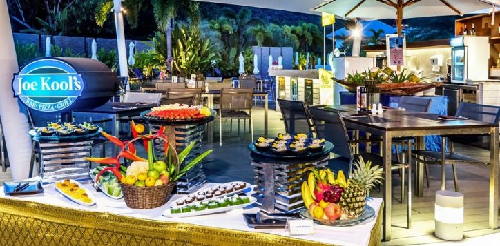 buffet-dinner-by-the-poolside