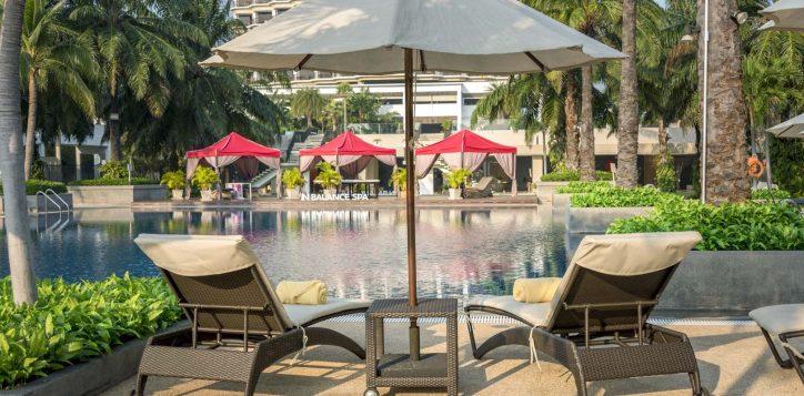 sun-bed-at-swimming-pool_1