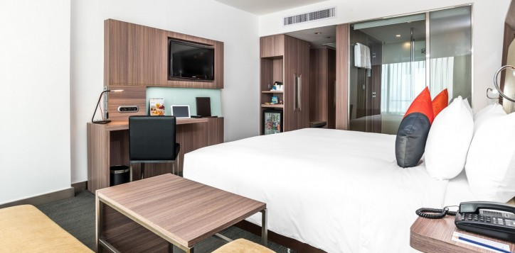 novotel-bangkok-fenix-silom-guest-room-deluxe-king-bed-and-tv