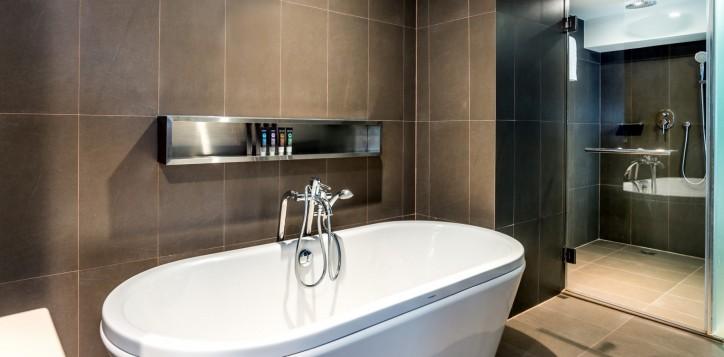 novotel-bangkok-fenix-silom-guest-room-suite-bathroom