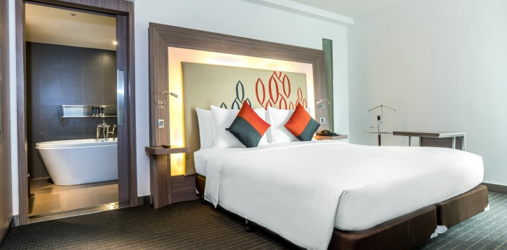 novotel-bangkok-fenix-silom-guest-room-suite-bedroom