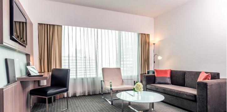 novotel-bangkok-fenix-silom-guest-room-suite-living-area
