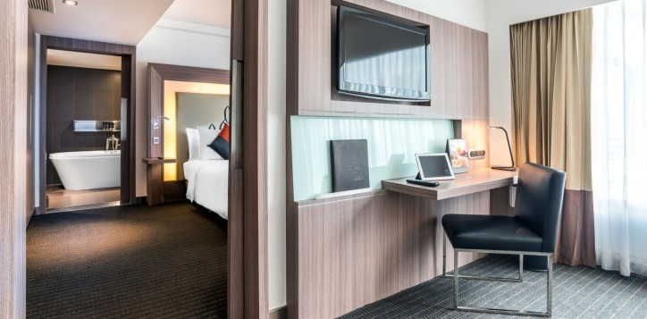 novotel-bangkok-fenix-silom-guest-room-suite-tv