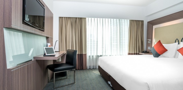 novotel-bangkok-fenix-silom-guest-room-superior-room-king-bed-and-tv
