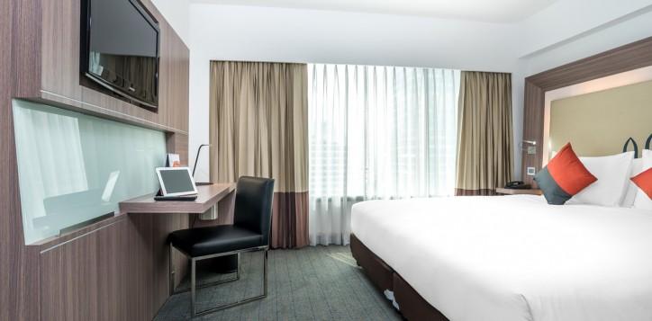 novotel-bangkok-fenix-silom-guest-room-superior-room-king-bed-and-tv