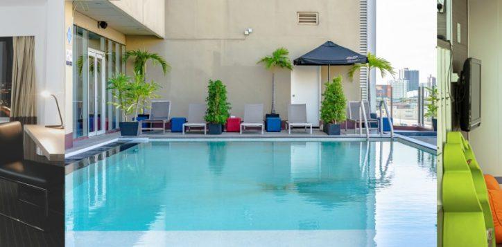 3-photo-room-pool-kid