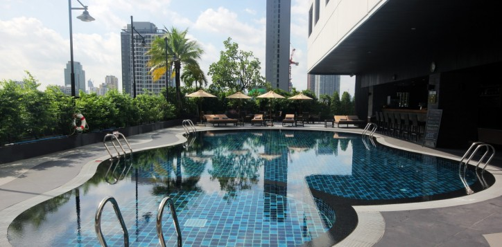 grand-mercure-bangkok-fortune-rim-suan-swimming-pool