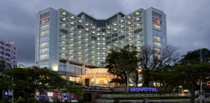 novotel-ha-long-bay-at-night-2