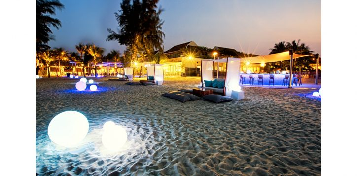 azure-beach-lounge-pullman-danang