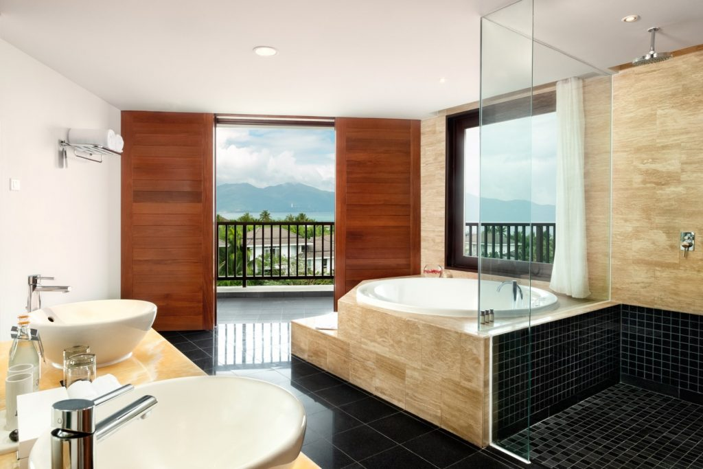 JuniorSuite_Bathroom-with-jacuzzi-space-and-view