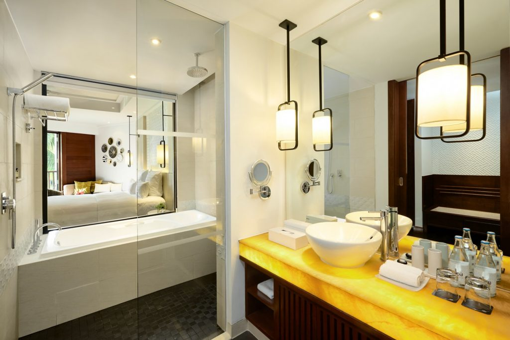 DeluxeBayView-King_Bathroom_Pullman-Danang-Beach-Resort_5-Star-Hotel