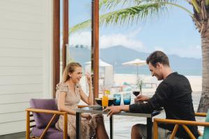 romance-couple-dining-at-pullman-danang