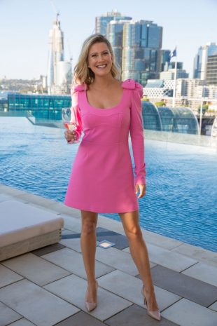 sofitel-sydney-darling-harbour-wedding-couple-by-the-pool