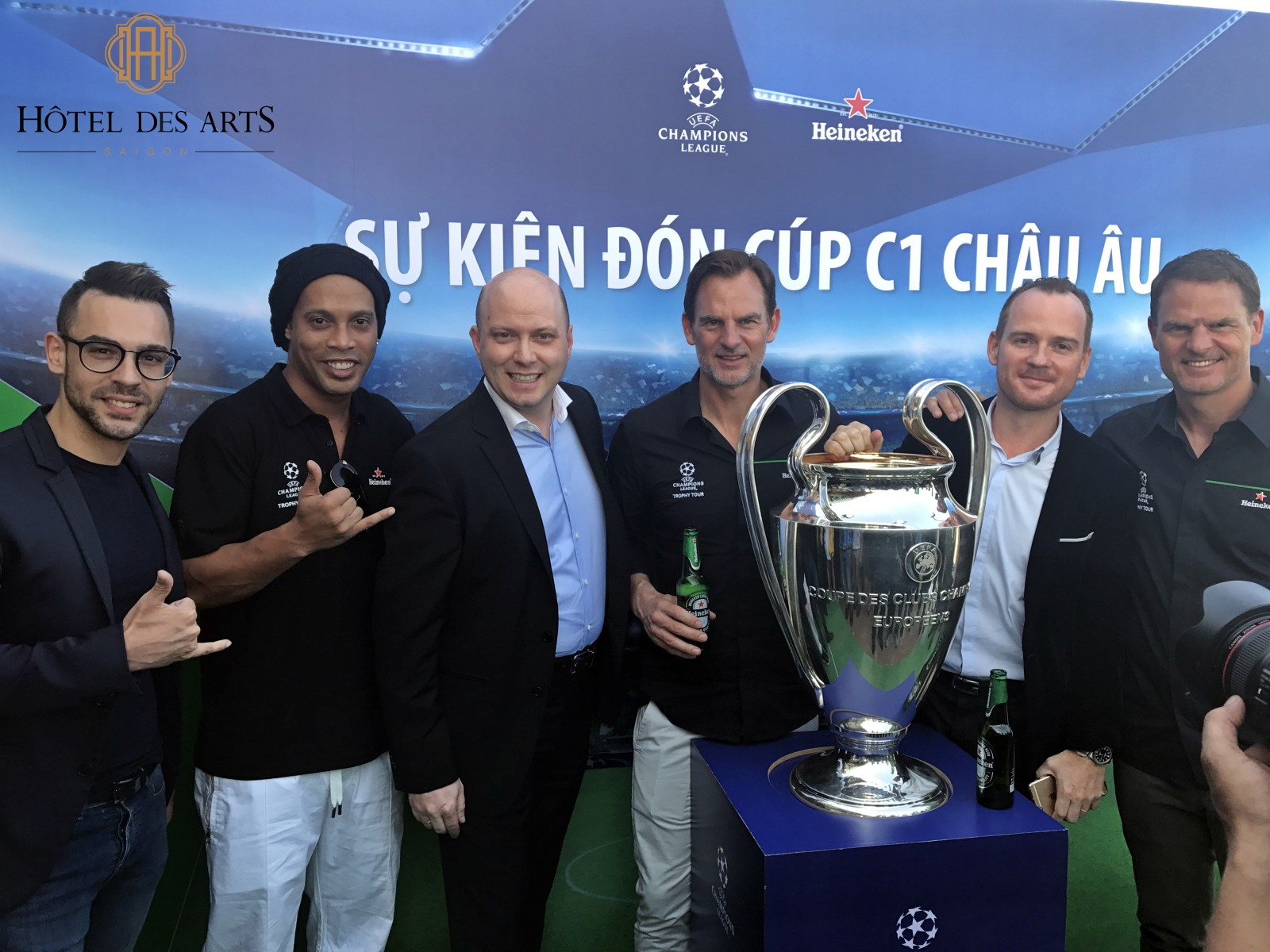 ronaldinho-brought-uefa-champions-league-trophy-to-social-club-saigon